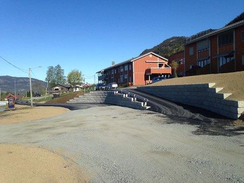 NY ASFALT: Deler av Bøagoto i Aurdal har denne uka fått ny asfalt.