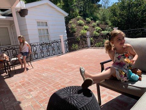 Lunchtime: Mila (Langseth McGough) i blomstrete kjole, på lunch hos venninnen Addison.