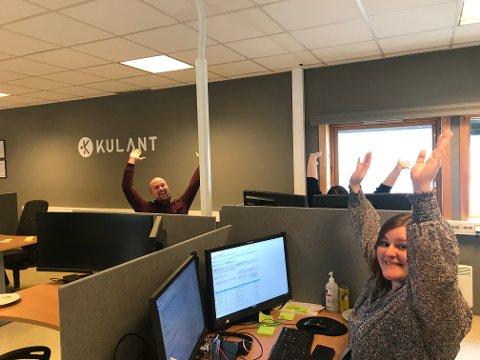 JUBEL: De få som er på kontoret i disse dager kunne slippe en kollegial jubel da kundesenteret Kulant stakk av med 3. plass i kategorien Transport og logistikk. Foran sitter Simone Jacobsen og bak f.v Sigve Kjønnøy og Kaja Martinsen.