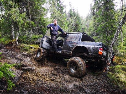 LIKER EN UTFORDRING: Trond Vidar Solhaug (40) og Valdres Tå Vegen samla 30 biler i skogsterrenget på Magistadåsen, da de inviterte til pinsetreff i helga.