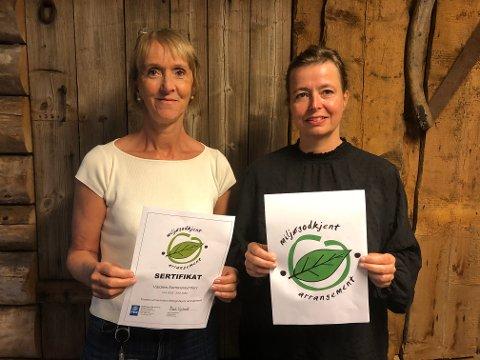 SERTIFIKAT: To fornøyde arrangører med beviset på at de nå er godkjente av FEE Norway som miljøvennlige festivalarrangører. Til venstre Mona Kleven, daglig leder for Valdres Sommersymfoni, og Ellen Persvold, leder for Jørn Hilme-stemnet.