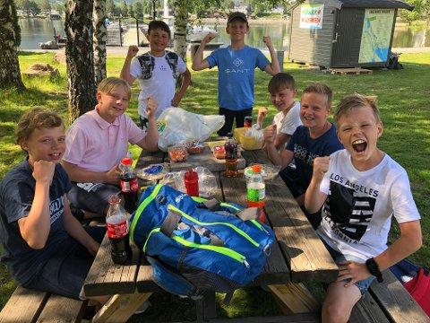 Jippi skolefri: Julian (t.v.). Mikkel, Theodor, Jeppe, Eivind, Eirik og William jubler over at det nå er skoleferie. Guttene skal være med venner, bade, dra på hytta og bare kose seg.