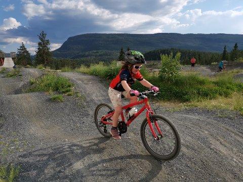 Pumptrack: Her sykler Siril Ulberg, født i 2014, i det som kalles pumptracken - direkte oversatt pumpebanen.