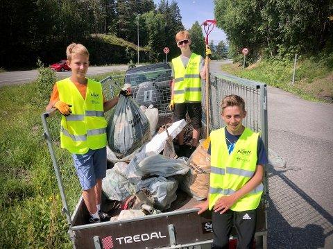 Totalt 150 kilo mindre søppel i naturen: Eirik Kvisgaard Midthus (f.v.), Henrik Bergsund og Anders Noraker fra CK Valdres ryddet søppel i regi av Aksjon Aqua. Området rundt Fløafjordveien og Leirasanden fikk seg en god rensk. Foto: Lene Hovi