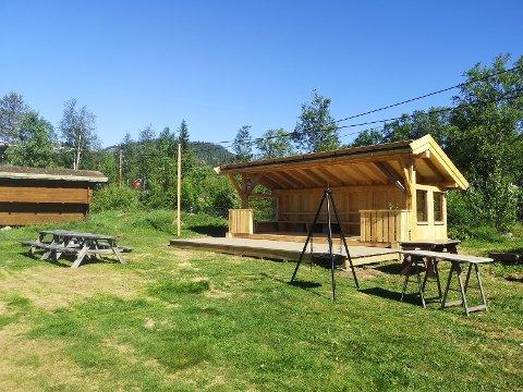OPPJUSTERING: Med ein stor gapahuk har uteområdet på Rogn camping fått ei kraftig oppjustering til årets sommarsesong.