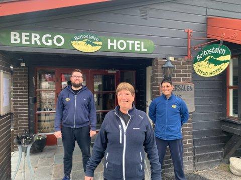 Tilbake på jobb: Tadas Vaiciunas (t.v), Reidun Lerheim og Jorge Guzman er tilbake på jobb ved Bergo hotel.