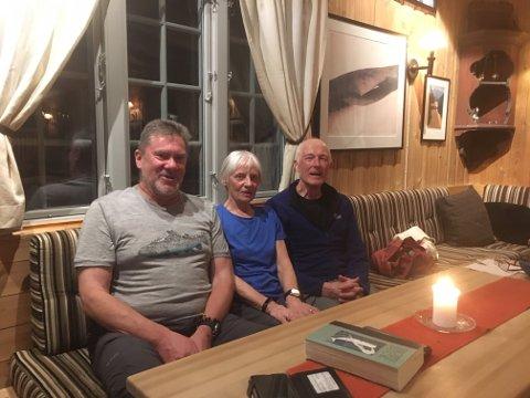 KORONAFAST: Fondsbu sine tre «koronafaste» stamgjester. Fra venstre John Ulrichsen, Brisbane, Australia (36 døgn) og ekteparet Sandy og Jim Gregson, Manchester Area, England (57 døgn)