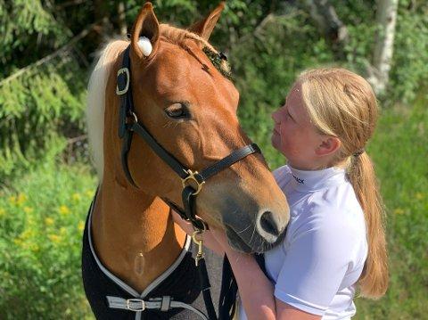Tuva Moen Lien (14) har virkelig litt å slekte på og har fått travblodet inn med morsmjølka. På Biri lørdag tok hun en real storeslem med ponnien L.A. Knock Out.