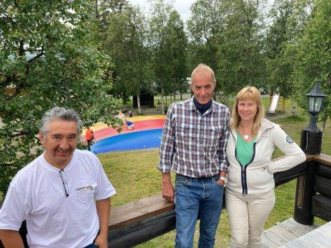 """TRIVES SAMMEN: Siv Lindland Thorbjørnsen og Bengt Egil Thorbjørnsen er glade for at de fikk med seg Manuel Cabello """"på lasset"""". Han har vært på Beitostølen Camping i 15 år. Og Manuel er veldig fornøyd med sine nye sjefer."""