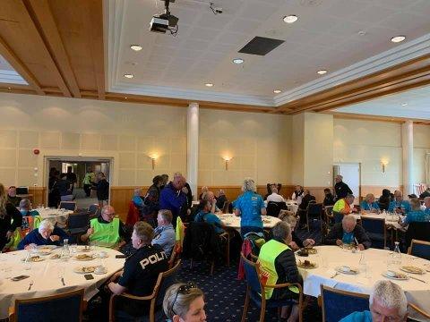 PÅFYLL: Etter vel gjennomførte etapper av kvinner senior, junior og menn junior hadde alle frivillige felles matpause på Sanderstølen.