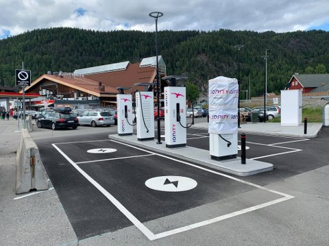 HURTIGLADERE: Nytt ladested med fire nye 350 kilowatts-lynladere ble torsdag klart for bruk ved Valdrestunet på Bagn.