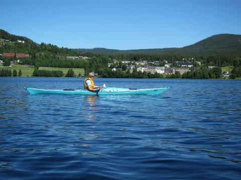 Rekordvarm juni: Med 30 varmegrader i skuggen var det svalande på Heggefjorden 24. juni. Heggenes med det nye helsetunet i bakgrunnen. Foto:Tor Harald Skogheim