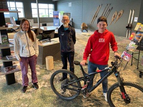 MØTER GJESTENE: Agneta Arvidsson og Petter Saunes jobber hos Beito Aktiv i det nye velkomstsenteret. Herman Müller sørger for sykkelutleie fra Intersport Beitostølen.