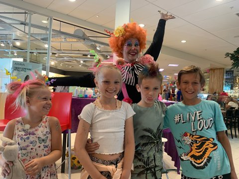 Glade: (f.v) Elida Østlie Rønning (6), Synne Østlie Rønning (8), Kevin Holmlund (9) og David Holmlund (10) fikk nye og morsomme frisyrer av klovn Cathrine Enger Johansen.