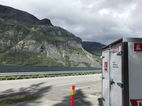 RADARMÅLING PÅGÅR: Ved E16 ved Turtnes var det i fjor satt opp utstyr som skulle måle bevegelser i Skutshorn, som ligger på andre siden av Vangsmjøsa. Radaren sikter mot Kvitura og en oppsprukket del av fjellet over ura.