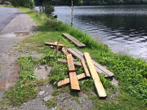 HÆRVERK: Det eine bordet er knekt, medan det andre er smadra på rasteplassen ved Heggefjorden.