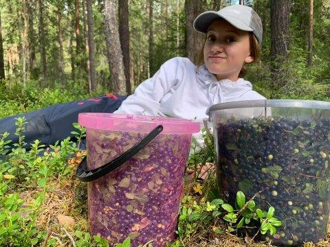 20 liter: Nylig fikk Jostein Skaar og datteren Malin Andrea en bær-fangst på rundt 20 liter.