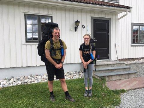 Klare: Ole Johan og Berit Synøve utenfor huset sitt i Sylling, klare for tur.