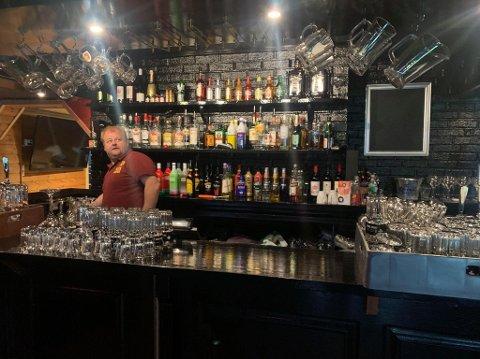 Rammer hardt: Eier og driver av Parken Bar på Fagernes, Frank Tvenge Johansen, tror forbudet mot alkoholservering etter midnatt kommer til å ramme hardt økonomisk. Her avbilda i baren på Fagernes tidligere i sommer.