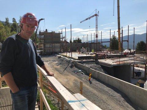 NYTT OMSORGSSENTER:  Anleggsleder Lars Tvenge hos Sanne Hagulid as opplyser at Aurdal omsorgssenter er i rute, og at de etter planen skal være under tak i løpet av oktober. Prosjektet skal overleveres i desember 2021.