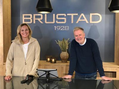 STOR SOMMERHANDEL: Ellen B. Svensson og Per Arne Svensson kan i likhet med resten av butikkene på Bagn rapportere om tidenes sommerhandel i Sør-Aurdal.