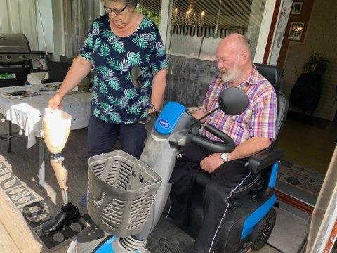 Brynhild og Kjell Erik Rundbråten gleder seg til den dagen han kan bruke protesen som Brynhild her holder. Ennå sliter han med å belaste benet han har igjen, å gå med protese er derfor på vent. Foto:Ivar Brynildsen