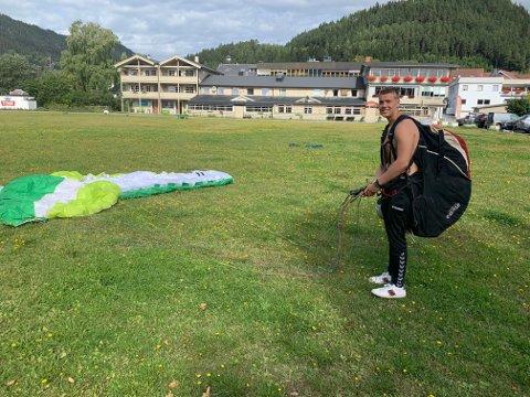 Thomas Fossnes synes det er spennende å lære hvordan man flyr paraglider.