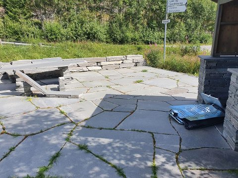 HÆRVERK: Også på rasteplassen ved Valdres Naturstein ble det ødelagt i helgen.