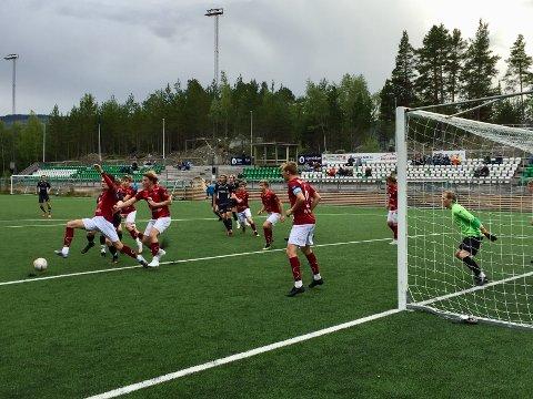 Stod på: Her er det corner imot Valdres/Fagernes 2 og Sivert Månum fremst av spillerne. Kampen endte 0–3 til Elverum 2. Kaptein er Eskil Fugllien Hauge med nr. 6 på ryggen og keeper er Morten Veflen Lindstad.