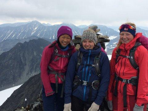 Endelig: Linn Therese (t.v.) på toppen av Visbretind (2235 moh.) med to turvenninner tidlig lørdag ettermiddag.