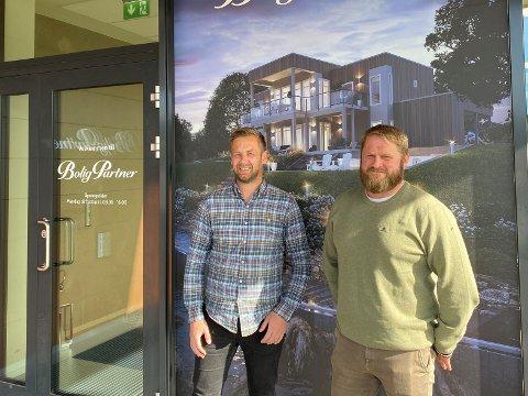 BYGGER: Daglig leder Thomas Andersen og boligkonsulent Runar Slåttum i BoligPartner, som bygger to tomannsboliger på Heggenes.