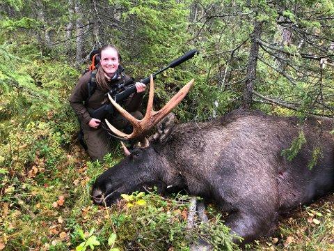 ELGFALL: Kristin Helle Jørstad (21) felte en elgokse med åtte spirs gevir i Volbu Austås søndag ettermiddag.