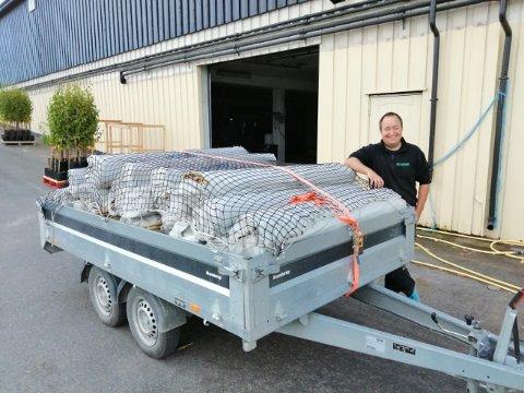 Rett fra hjertet og av ren gavmildhet ga Thomas Ruud i Fjell hagebruk mange tusen bambusstikker til fengselet.