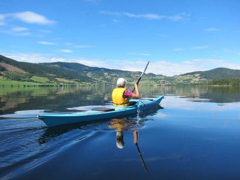 VOLBUFJORDEN: Varm augustdag, med bygda Volbu som kransar nordenden av vatnet.