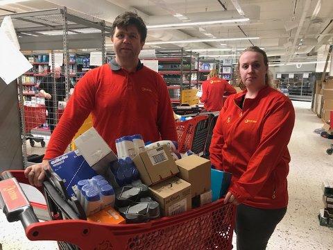 Butikksjef Tom Oddvar Solheim og assisterende butikksjef Charlotte Bråthen gleder seg til å se kunder trille handlevogner her inne.Foto:Privat