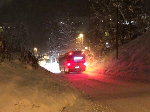 Mykje snø: Kulda er borte og no er det snøen som kjem. Det skapar vanskelege køyreforhold.