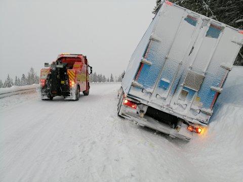 TRAFIKKUHELL: Semitraileren har havnet utenfor vegen i Skøltevegen. Foto: Innsendt