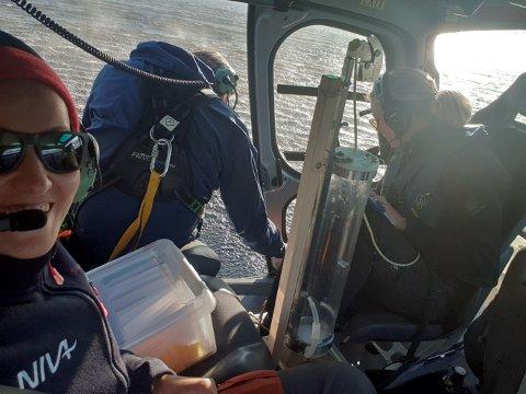 NIVA-forskerne i helikopter over en av innsjøene de undersøkte. Øyvind Garmo med ryggen til. Foto:NIVA
