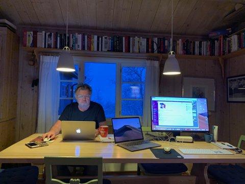 BOK: Torstein Hvattum foretrekker å sitte på Beitostølen og skrive lokalhistorie fra Ås, fremfor å være hjemme i Ås nå. Foto: Privat