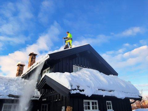 Håvard Nilsen måker snø dagen lang på Beitostølen.
