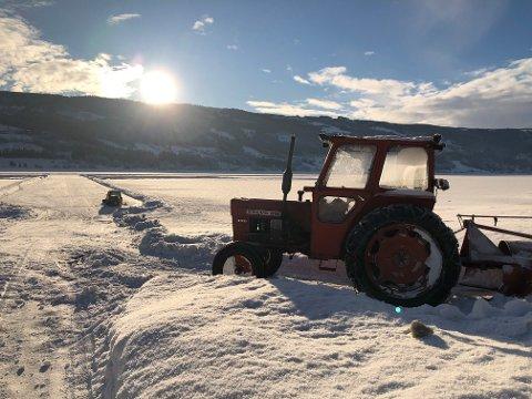 Trygg på isen: – Traktoren veier 2,2 tonn pluss fres, men den tar vi i bruk først etter at vi har brukt suzukien og er trygg på at isen er tjukk nok. Nå er det 40 centimeter stålis, som tåler det meste, sier Jo Grini i Valdres Modellflyklubb.