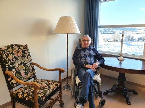 Nøgd: Bernt Jebsen (86) er godt nøgd med rommet sitt i nye Øystre Slidre helsetun, etter tidlegare å ha budd i Øystre Slidre sjukeheim. Her er han ved vindauga med utsikt utover mot Heggefjorden.