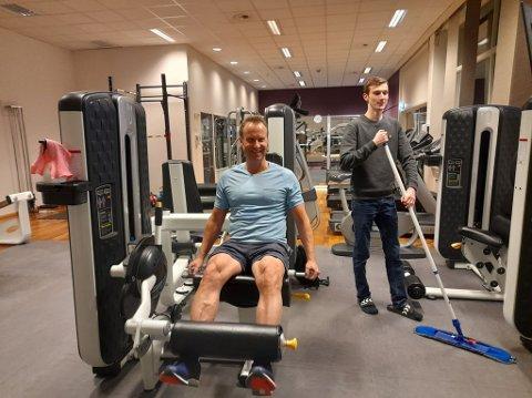 Fredrik Nyhus(t.h)jobber deltid på treningssenteret. Rengjøring er blitt en enda viktigere del av jobben under koronaedpedimien. Til glede for Geir Skyrud som har tatt turen fra Ulnes for å trene.