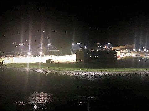 Mørkt og kaldt: På Fossvang i Bagn er det skøytebane og kunstgrasbane, men bitende kulde i øyeblikket. Over hele Valdres er det lite fysisk aktivitet på grunn av strenge koronatiltak og sprengkulde.