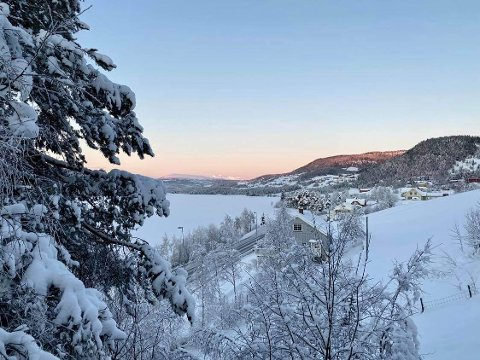 Brrrr: Det kryper nedover mot 30 minusgrader hos Kirsten Flagstad i Heggenes. Her er et bilde hun har sendt avisa, med Mugnetind i det fjerne.