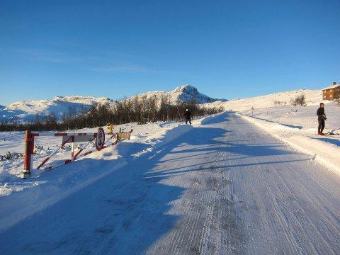 Kjøres fort: Her ved bommen på Garli må skiløperne krysse fylkesveg 51, men fartsgrensa er 80 km i timen. En leser mener farten burde bli senket her. Noen skibru er ikke planlagt.