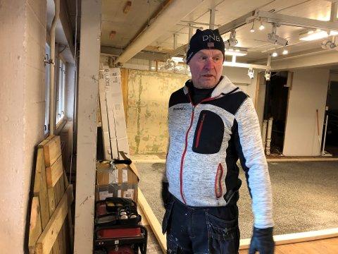 Trond Slette viser fram lokalene hvor han har drevet butikk i 40 år.  – Å drive handel på Fagernes er alt for tungvint, mener han.