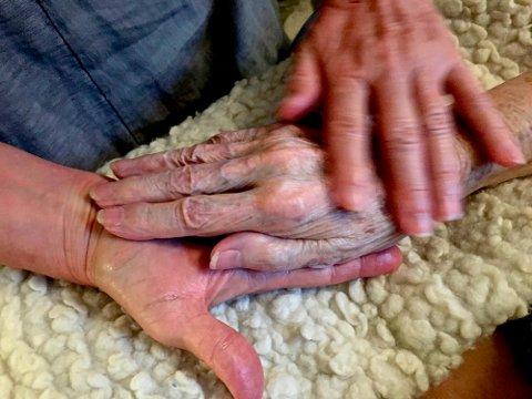 DØDSLEIET: Gjennom samtaler med døende har sykepleier Bronnie Ware oppsummert de vanligste tingene folk angrer på på dødsleiet. Hjernetrener Frank Wedde gir oss tips til hvordan vi kan unngå å angre på det samme.