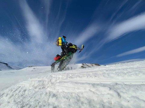 Frode Skrindsrud i en en positur han elsker. Ute på ferdighetskjøring med snøscooter. Foto:Privat