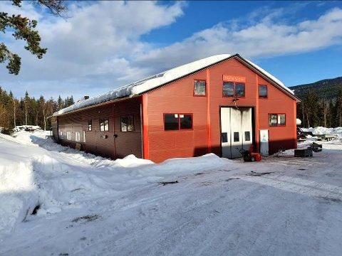 Tilnærmet ferdig: De siste ukene er den nye verkstedhallen i Slidreøya ferdigstilt og den er allerede tatt i bruk. På vårparten vil det bli en egen markering av at hallen er gjenreist etter brannen i 2019.